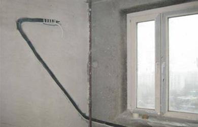 Как правильно спрятать трубы от кондиционера в стене?
